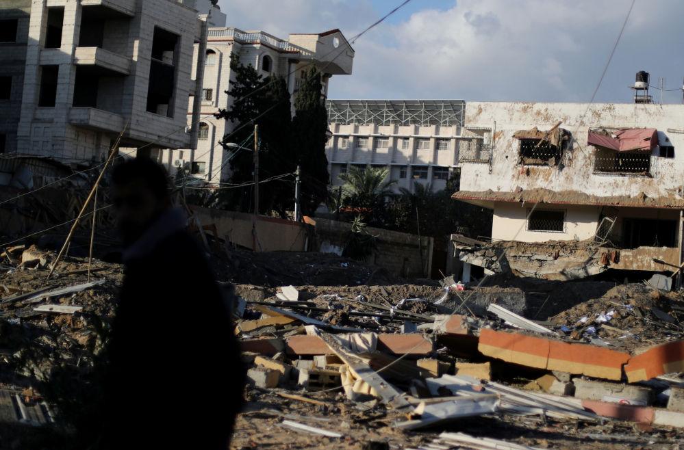 Gabinete do chefe do movimento Hamas, Ismail Haniyeh, destruído após o ataque aéreo de Israel à cidade de Gaza