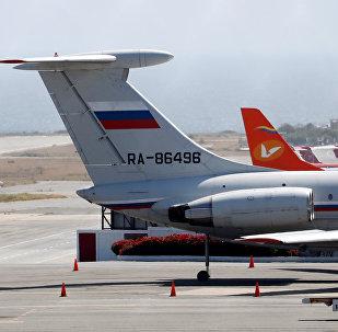 Avião de bandeira russa no Aeroporto Internacional Simón Bolívar em Caracas