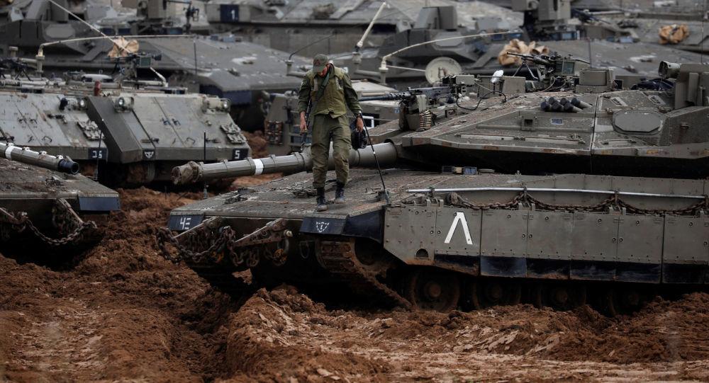 Soldado israelense sobre um tanque perto da fronteira com a Faixa de Gaza