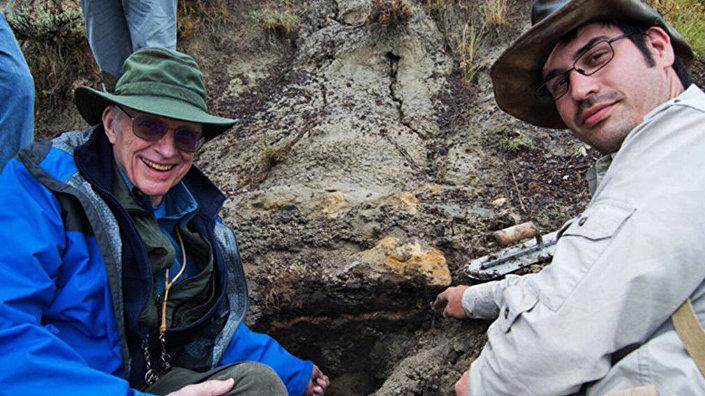 Cientistas Walter Alvarez e Robert DePalma no depósito fóssil de Tanis, na Dakota do Norte, EUA