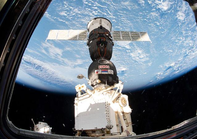 Nave espacial Soyuz MS-12 acoplada à Estação Espacial Internacional