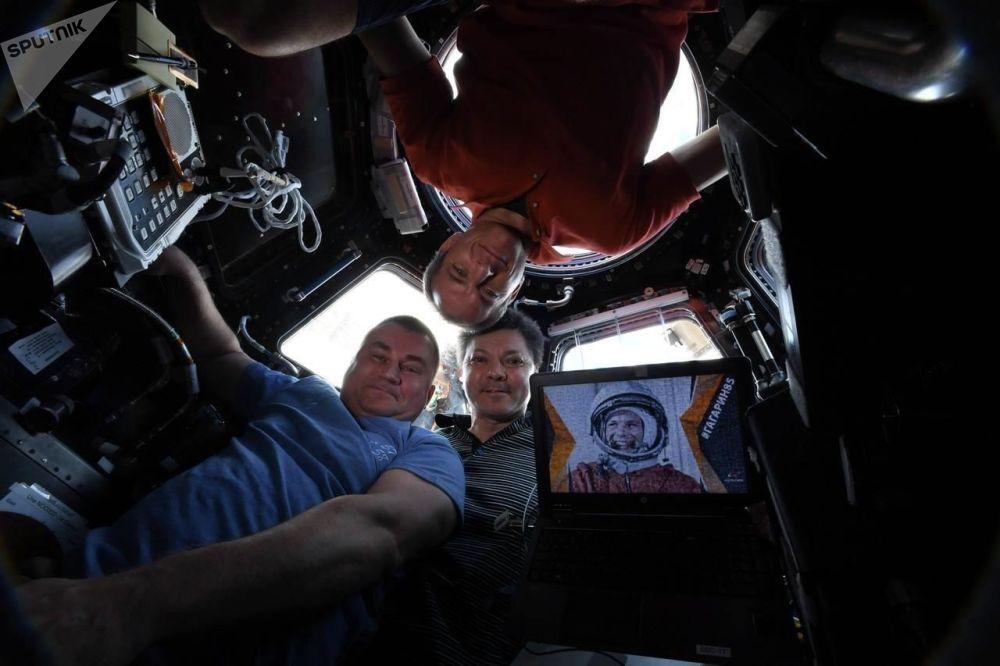 O selfie dos astronautas Oleg Kononenko, Aleksei Ovchinin e David Saint-Jacques tirado da Estação Espacial Internacional