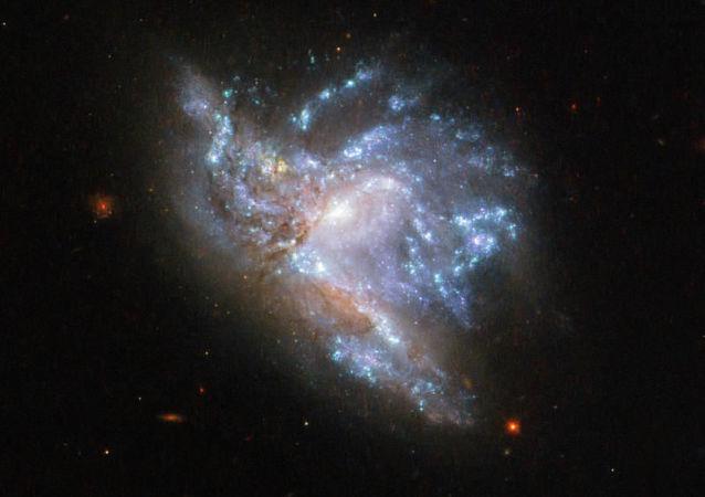 Galáxias PGC 57039 e PGC 200329 colidindo na constelação de Hércules