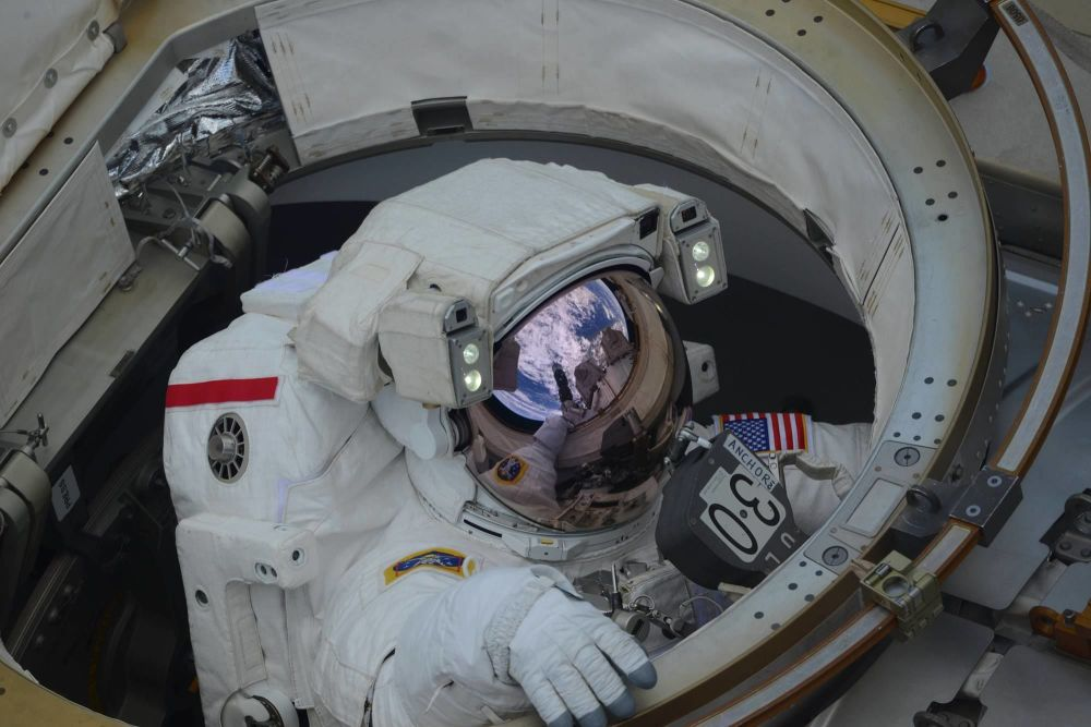 Astronautas Anne McClain e Nick Hague saem para o espaço aberto