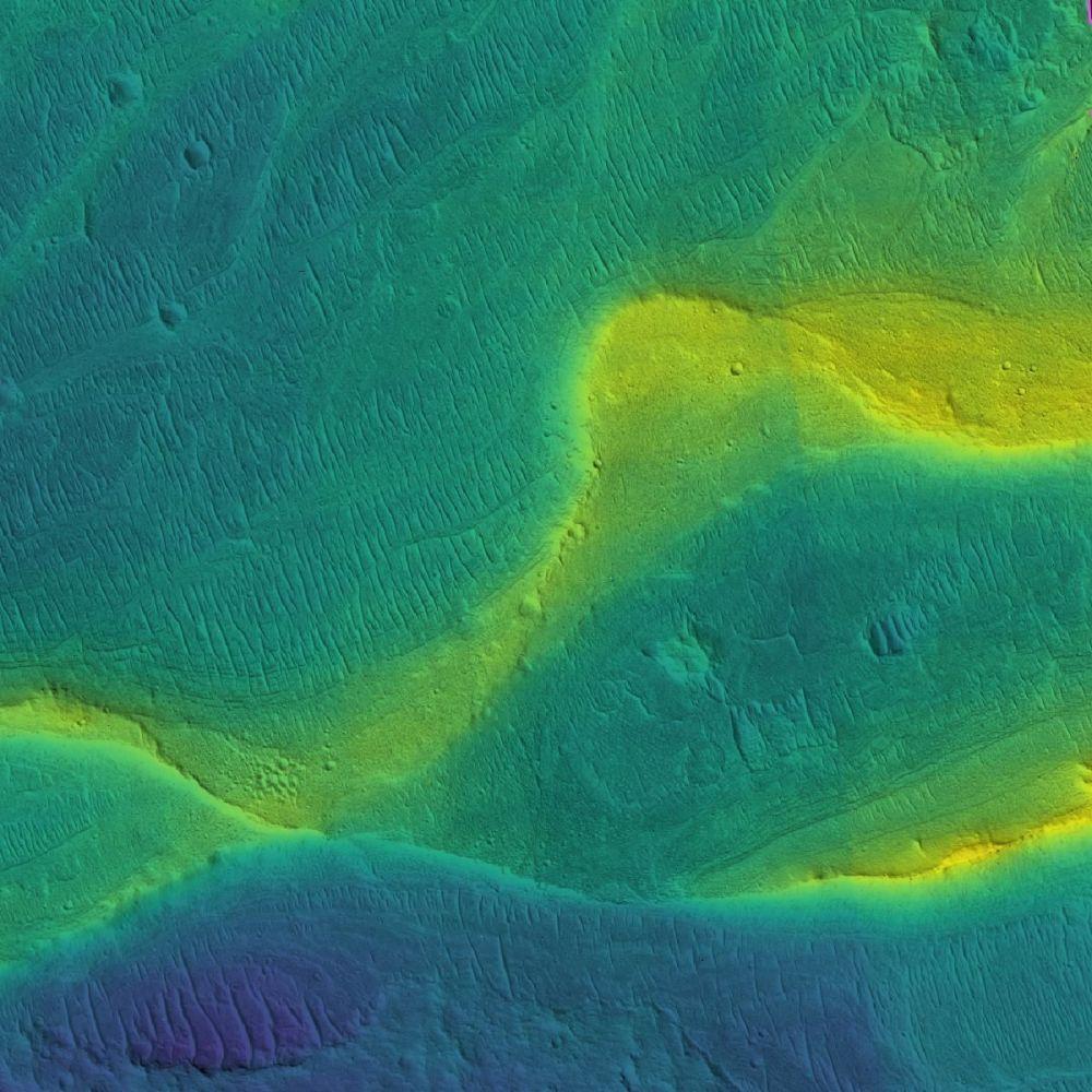 Leito e margens de um rio seco em Marte