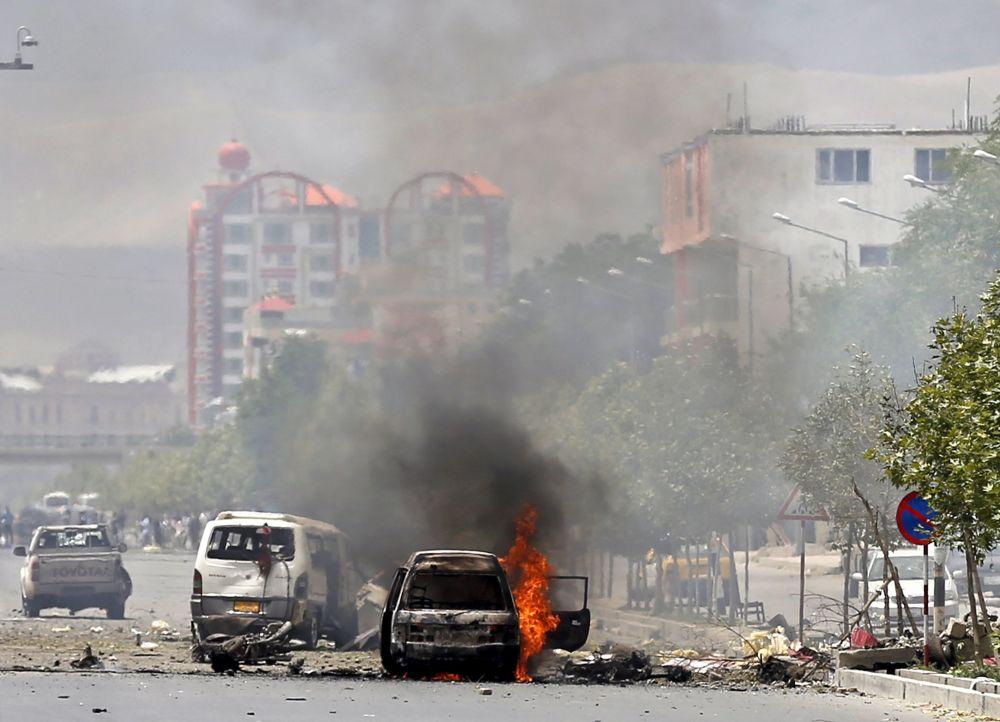 Autimóvel explodido durante atentado terrorista ao lado do parlamento do Afeganistão