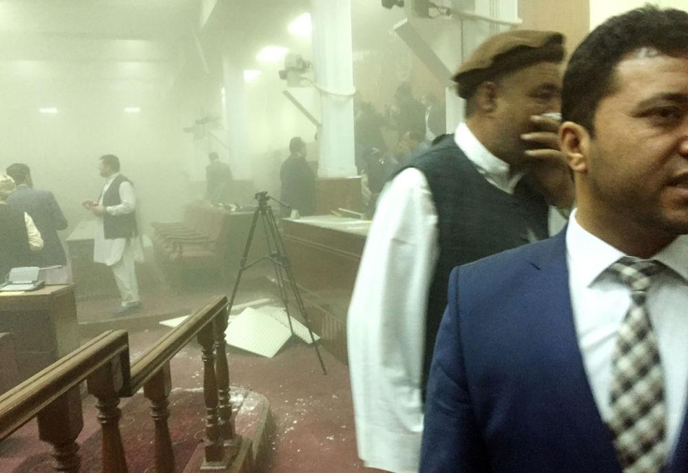 Membros do parlamento afegão deixam o prédio após o atentado terrorista