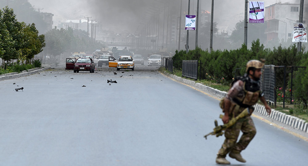 Policial afegão durante confronto com grupo armado perto do parlamento em Cabul. Nenhum movimento ou organização terrorista ainda assumiu a responsabilidade pelo ataque.