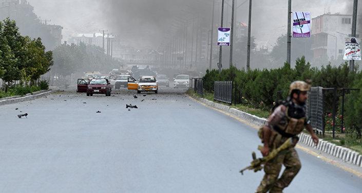 Policial afegão durante confronto com grupo armado perto do parlamento em Cabul (foto de arquivo)