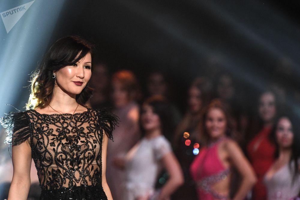Participante Aiperi Romanov durante a final do concurso Miss Internacional Mini 2019 em Moscou