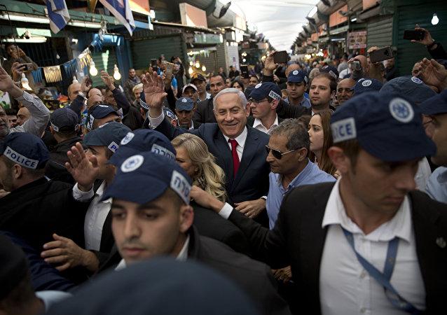 Primeiro ministro israelense, Benjamin Netanyahu, é escoltado por seguranças durante visita ao mercado de Hatikva, em Tel Aviv, Israel, 2 de abril de 2019