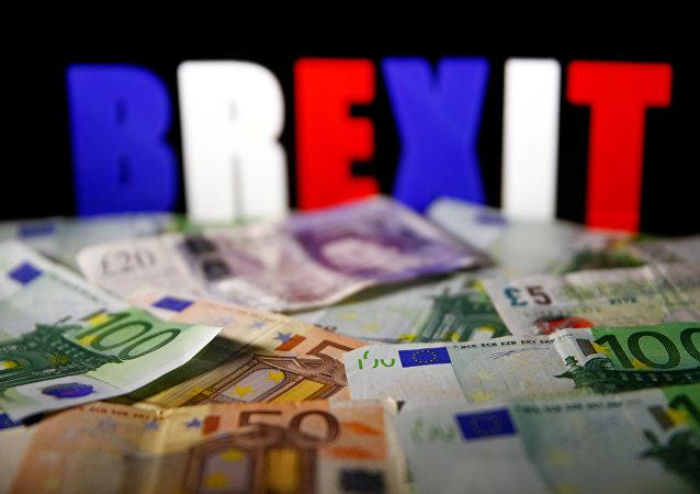 As cédulas do Euro e da libra em frente ao letreiro do BREXIT.
