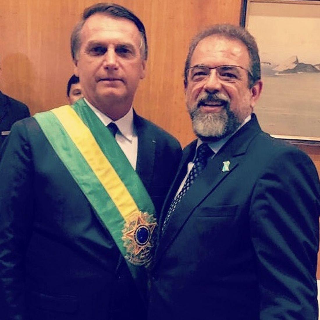 Presidente da Taurus Armas, Salesio Nuhs, ao lado do presidente brasileiro Jair Bolsonaro