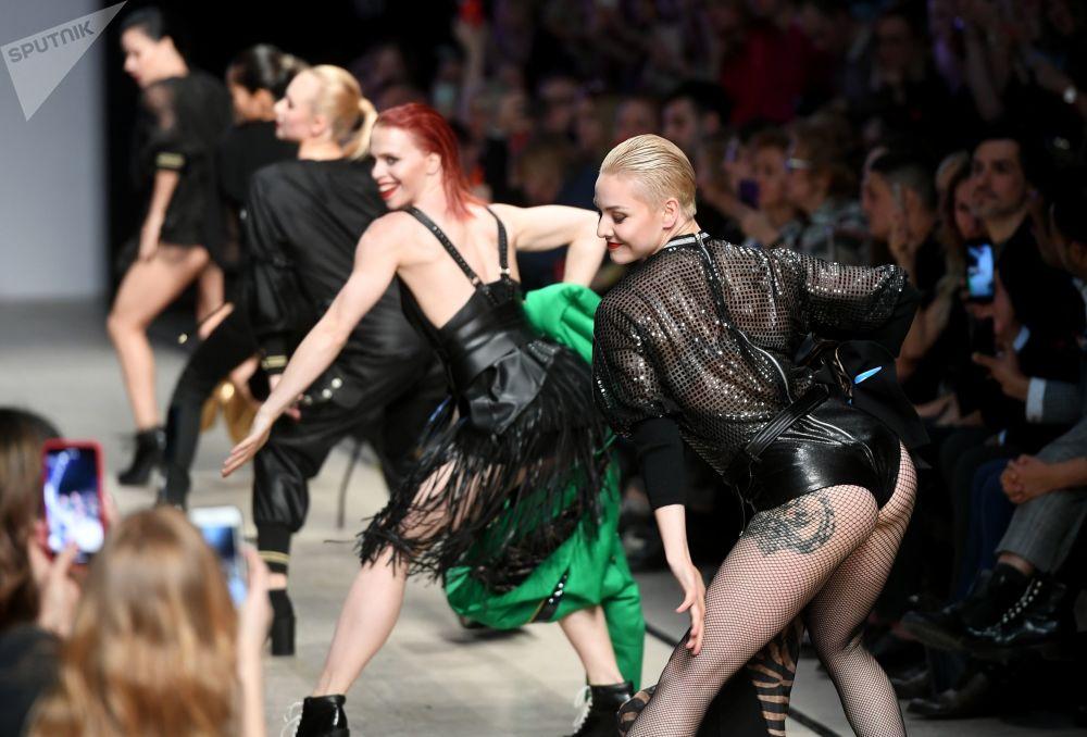 Modelos desfilam na Mercedes-Benz Fashion Week Rússia