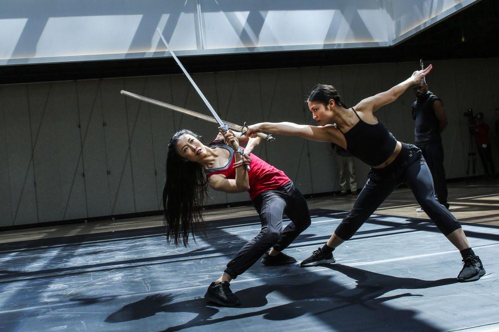 Dançarinas ensaiam apresentação em novo centro de artes nos EUA