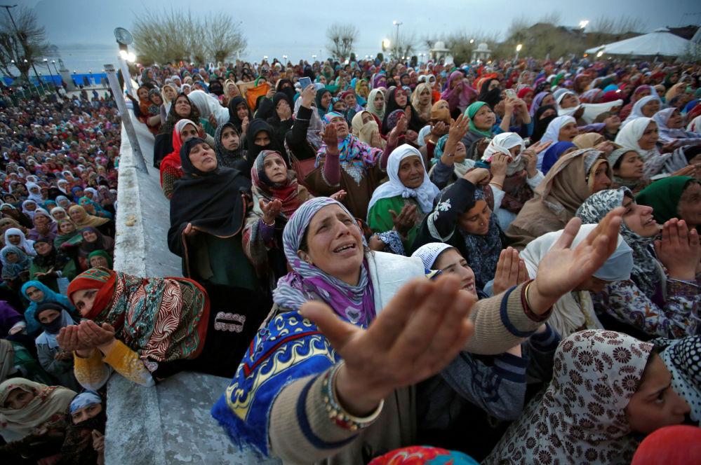 Reação de mulheres ao ver suposta relíquia do Profeta Muhammad