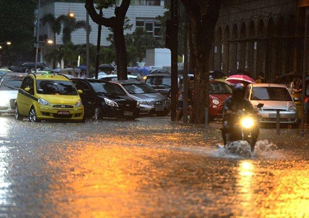 Alagamentos atingem pontos do Rio de Janeiro após forte chuva