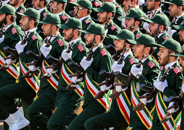 Membros do Corpo de Guardiões da Revolução Islâmica (IRGC) marcham durante desfile militar anual, em Teerã, Irã, 22 de setembro de 2018