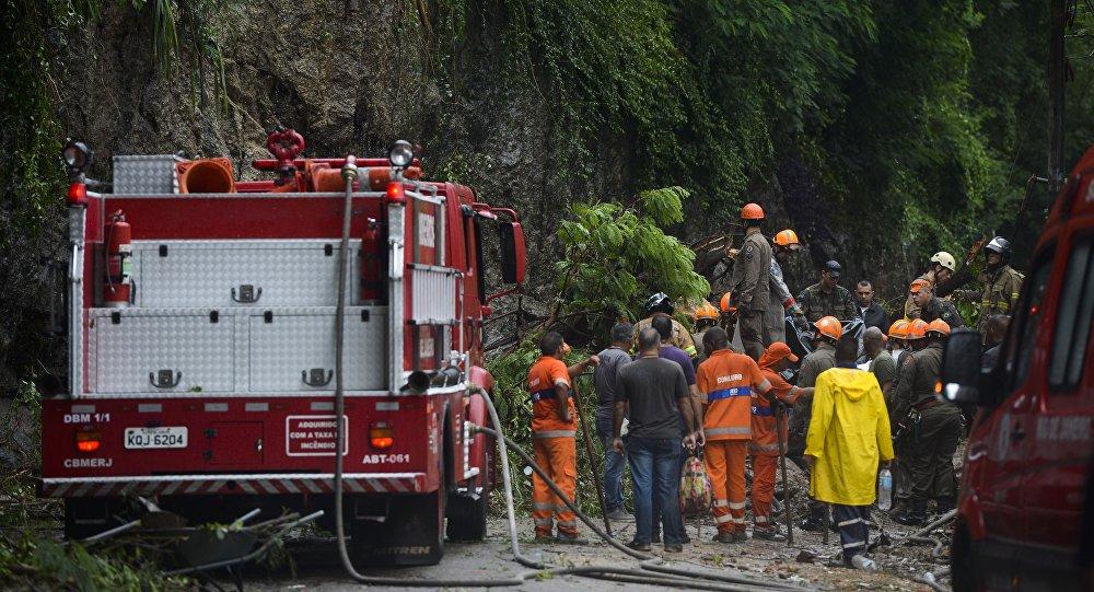 Bombeiros trabalham na remoção de três corpos de dentro de um táxi soterrado na Avenida Carlos Peixoto, em Botafogo, após as chuvas que atingiram o Rio de Janeiro