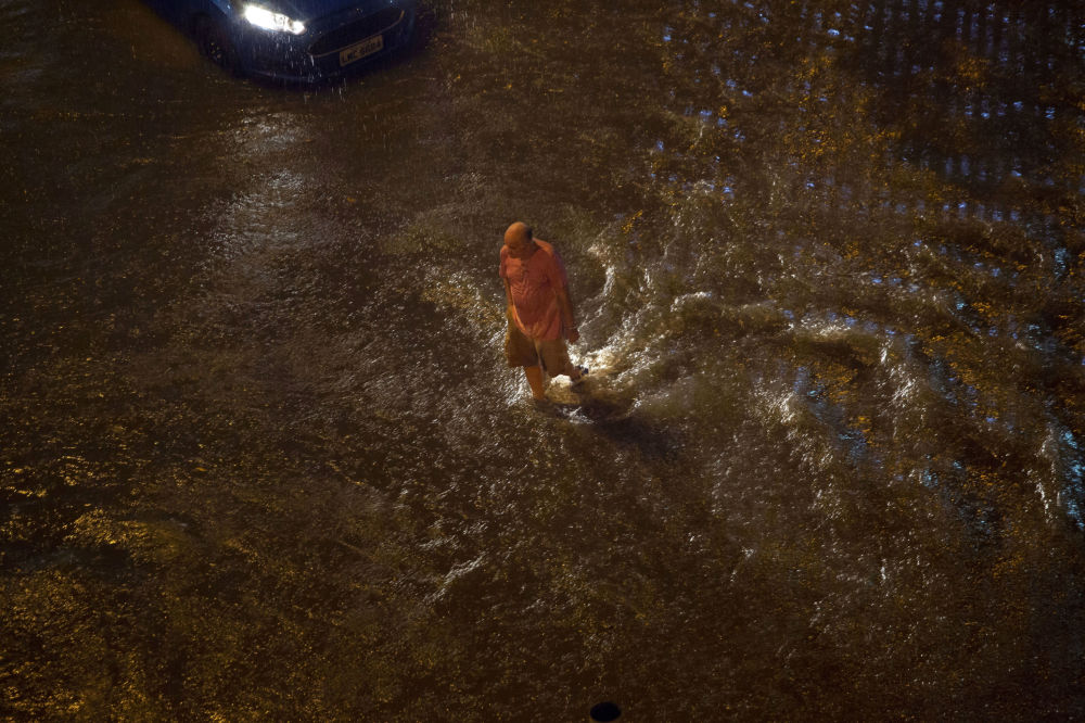 Homem caminha com dificuldade no bairro Botafogo