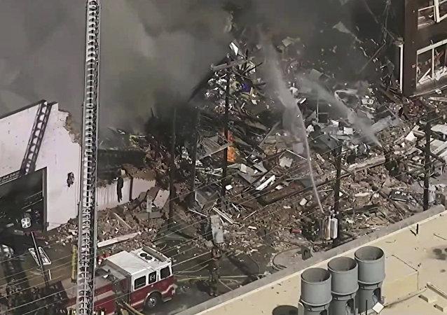 Prédio pega fogo e desaba parcialmente após explosão de gás no centro de Durham, na Carolina do Norte, EUA