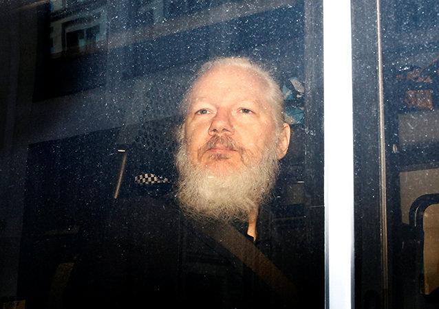 Julian Assange, fundador do WikiLeaks detido pela polícia de Londres