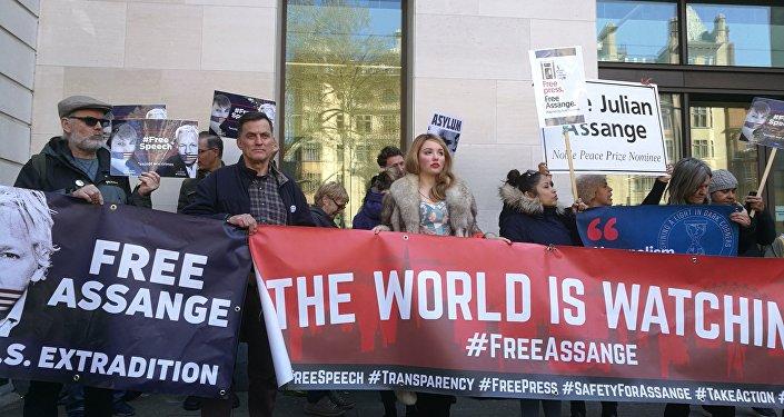 Manifestantes protestam contra a prisão do fundador do WikiLeaks, Julian Assange, em Londres