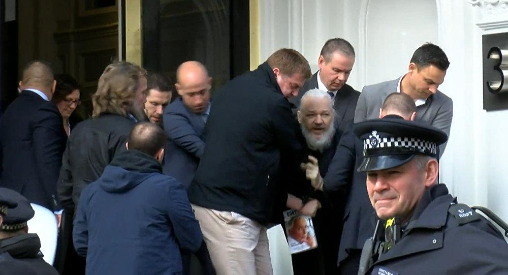 Julian Assange sendo preso