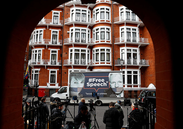 Retrato de Julian Assange perto da embaixada do Equador em Londres