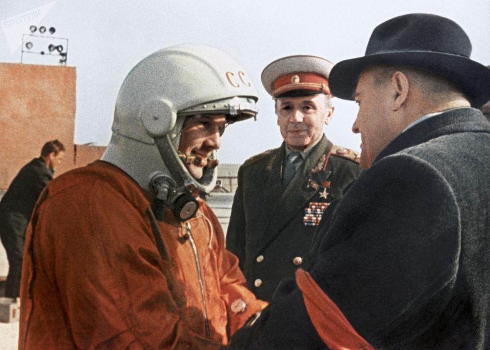 O engenheiro-chefe de foguetes e naves soviético, Sergei Korolev, faz recomendações para Yuri Gagarin antes do voo para a órbita terrestre