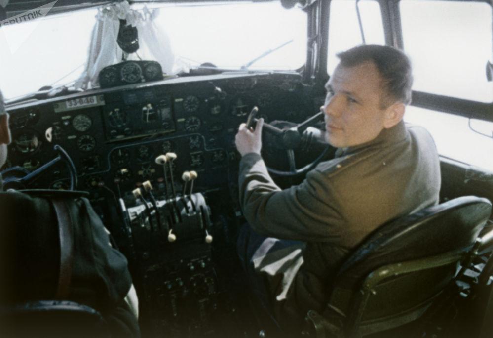 Cosmonauta Yuri Gagarin sentando na cabine de avião na véspera do primeiro voo espacial