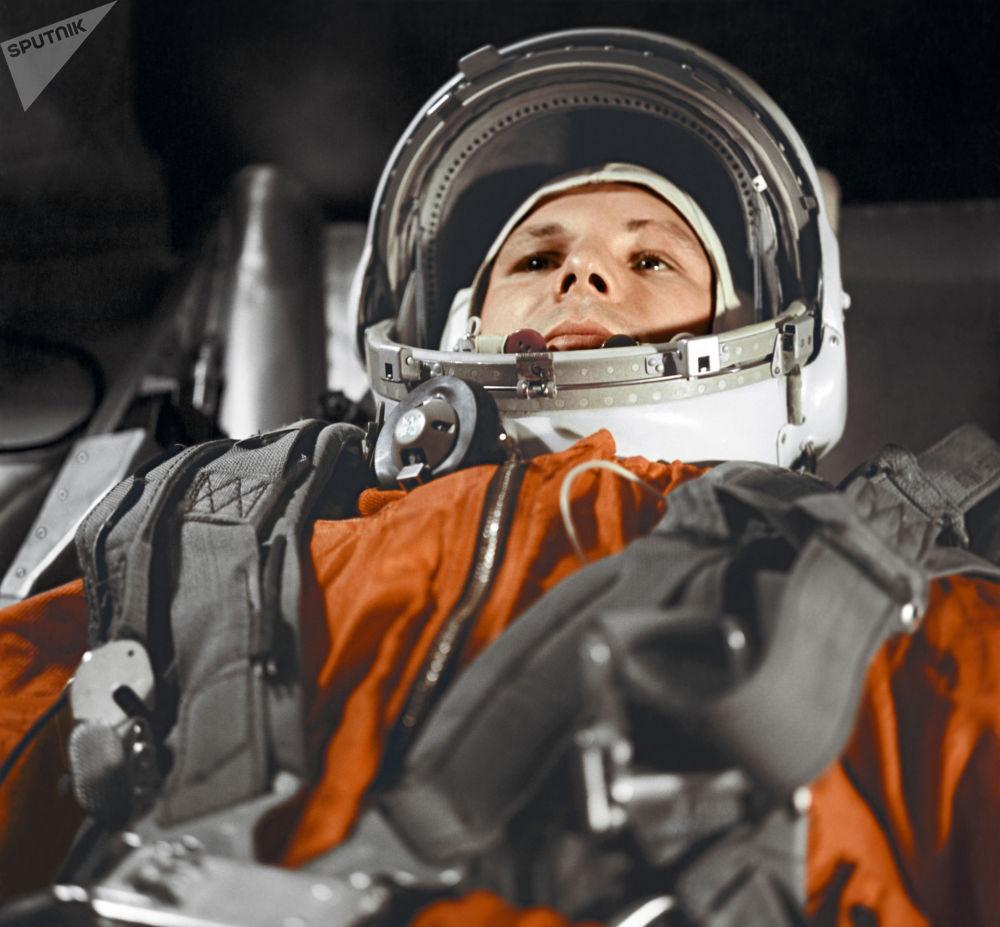O primeiro cosmonauta, Yuri Gagarin, e o substituto, German Titov, seguem para a posição de decolagem do veículo lançador espacial com a nave espacial Vostok-1