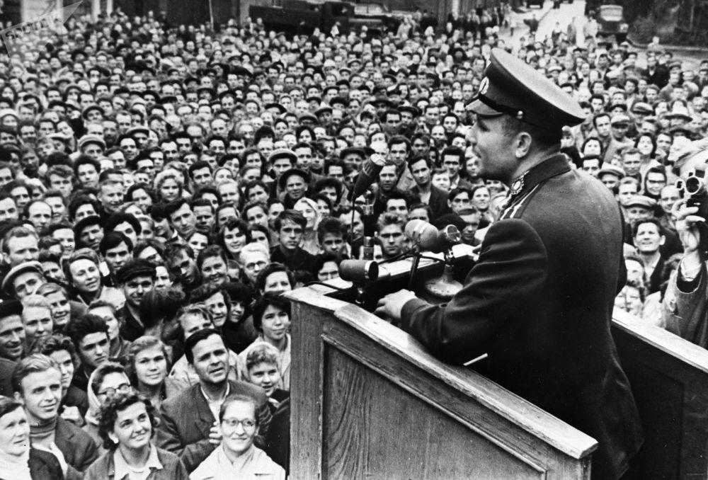 Cosmonauta Yuri Gagarin se manifesta perante os trabalhadores soviéticos em Leningrado (agora São Petersburgo)