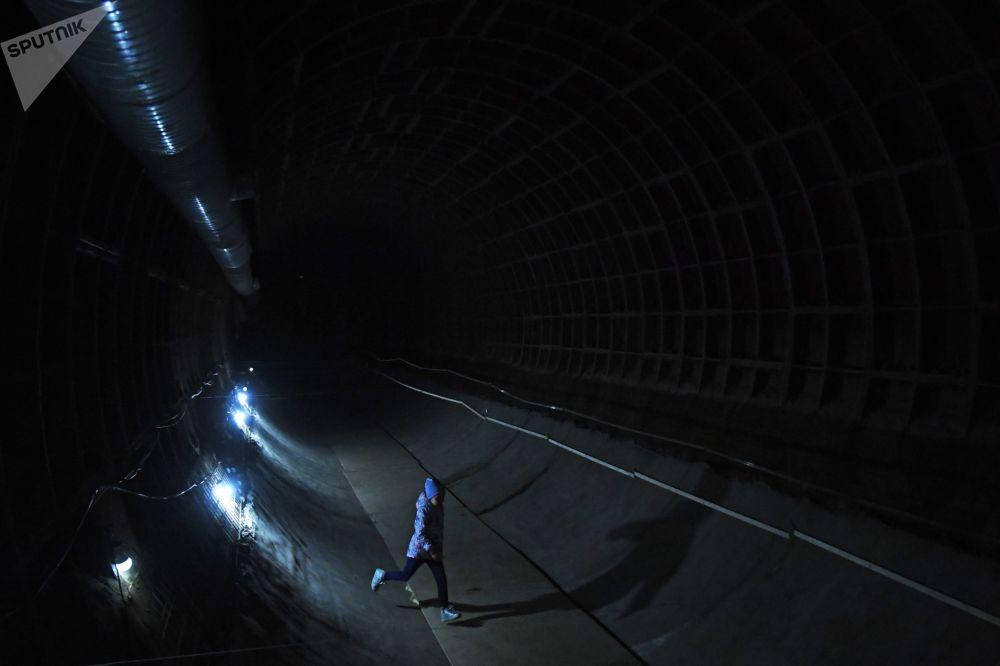 Menina dá uma volta por um dos vãos do Bunker 703 que antes pertencia à chancelaria da União Soviética
