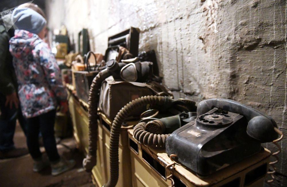 Visitantes observam o que há no bunker 703