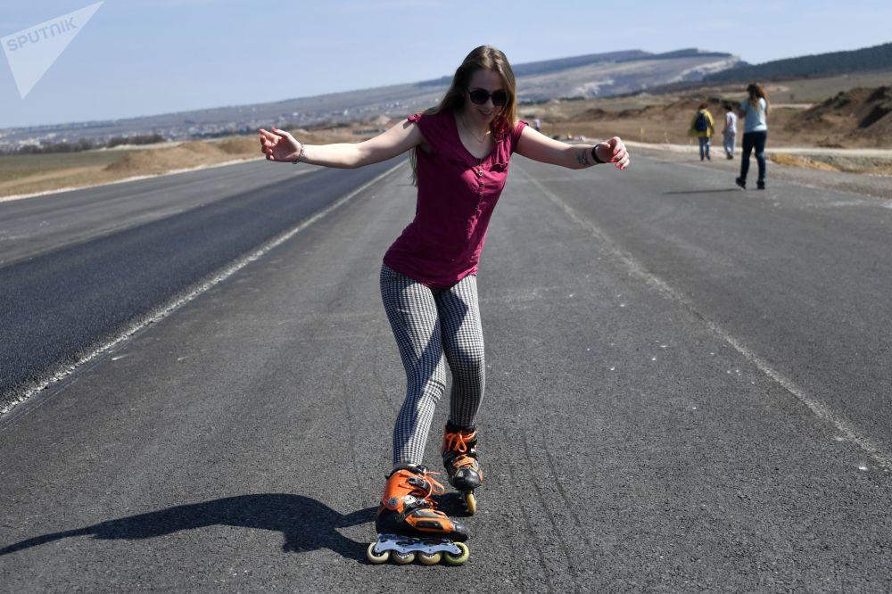Pessoas correm com patins pelas ruas da Crimeia