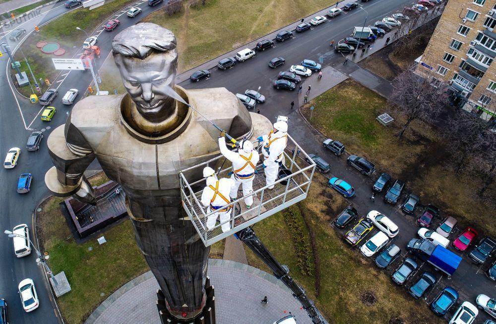 Trabalhadores limpam monumento ao cosmonauta Iuri Gagarin em Moscou