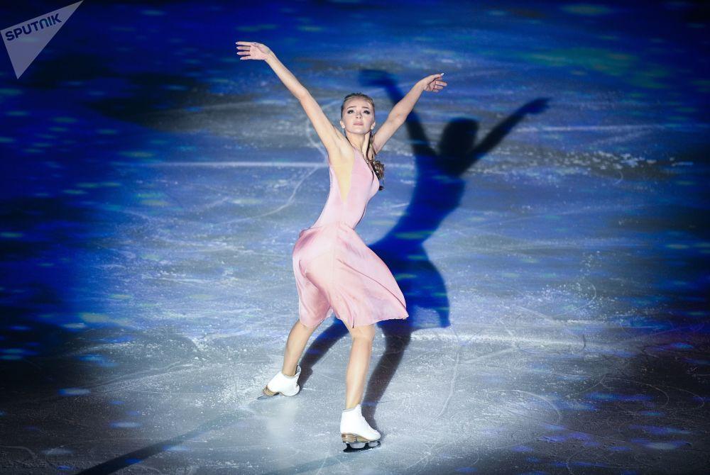 Patinadora no gelo Alexandra Stepanova se apresenta em Moscou