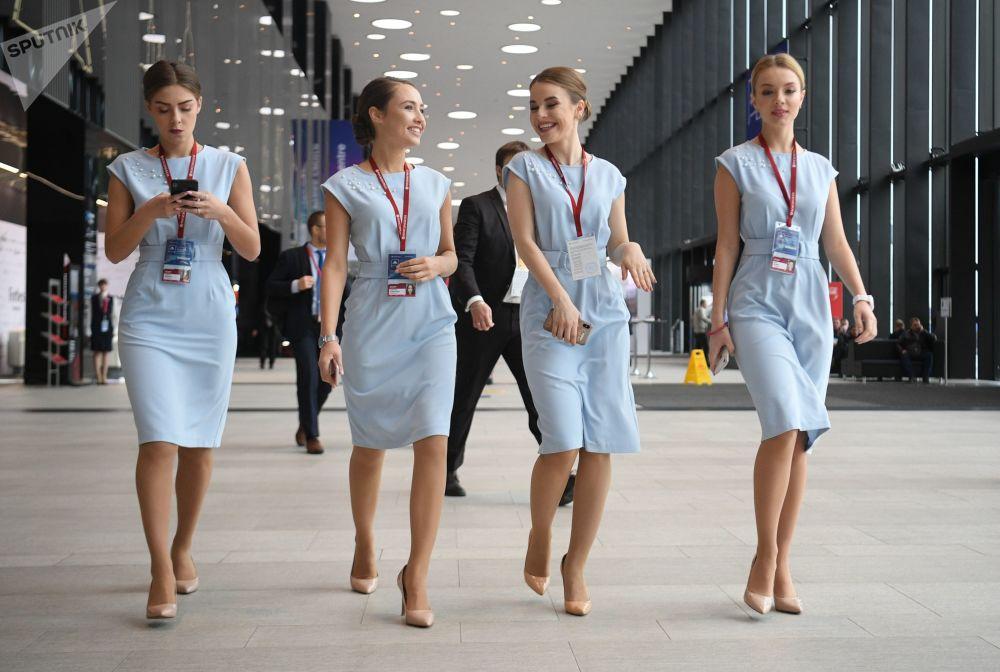 Garotas durante Fórum Internacional do Ártico na Rússia