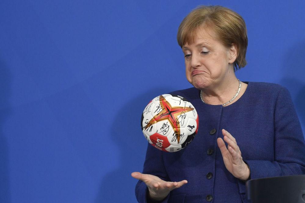 Chanceler alemã, Angela Merkel, brinca com uma bola de handebol