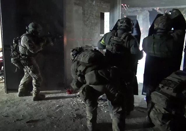 Agentes de segurança em operação especial na região do Daguestão, na Rússia.