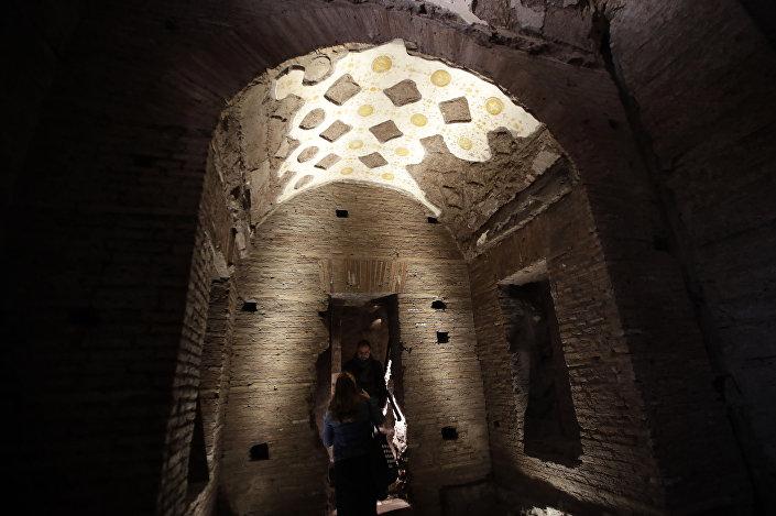 A Domus Transitória ficou completamente coberta de terra após a sua destruição, mas o edifício restaurado contém  muitos tesouros históricos