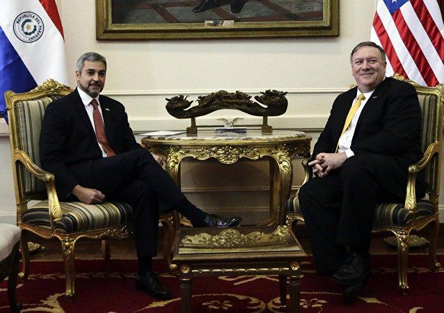 O presidente do Paraguai, Mario Abdo Benítez (à esquerda), e o secretário de Estado dos EUA, Mike Pompeo (à direita), durante encontro em Assunção, capital do Paraguai, no sábado, 13 de abril de 2019.
