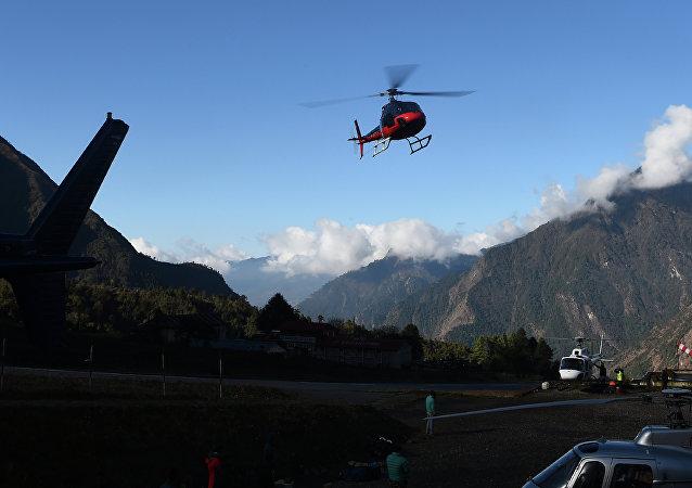 Helicóptero voa sobre o aeroporto de Lukla, no Nepal (arquivo)