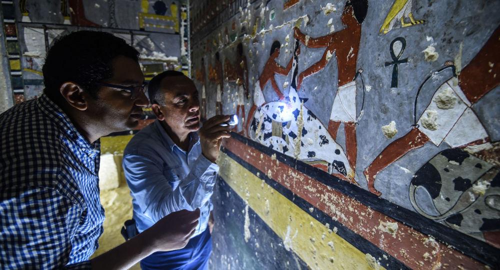 Especialistas inspecionam tumba do antigo nobre egípcio Khuwy, na necrópole egípcia de Saqqara, 13 de abril de 2019