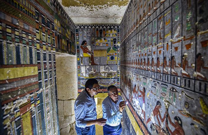 Especialistas analisam tumba do antigo nobre egípcio Khuwy, na necrópole de Saqqara, a cerca de 35 quilômetros ao sul de Cairo, Egito, 13 de abril de 2019