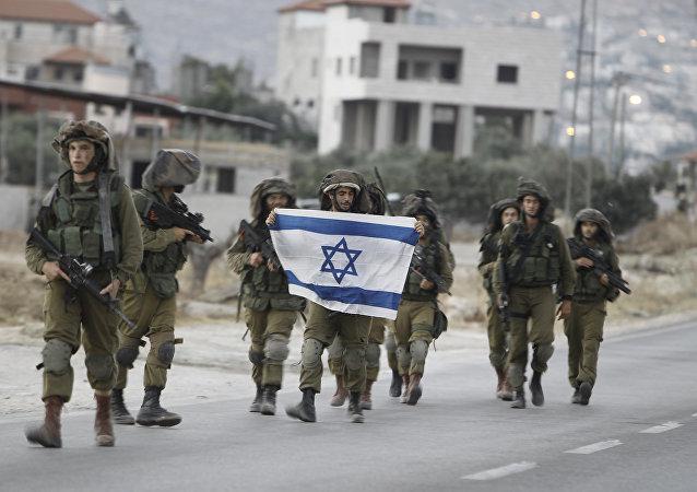 Soldados israelenses carregam a bandeira nacional