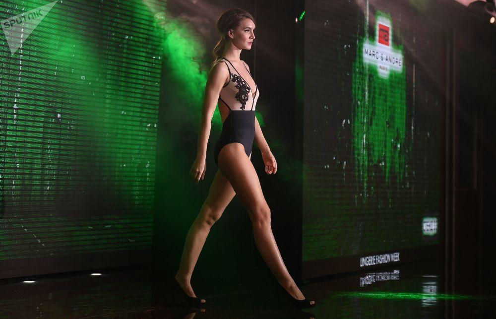 Modelo desfila usando maiô durante desfile Lingerie Fashion Week, realizado em Moscou, Rússia