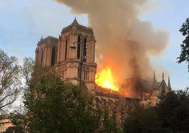 Incêndio consumiu a Catedral de Notre-Dame em Paris