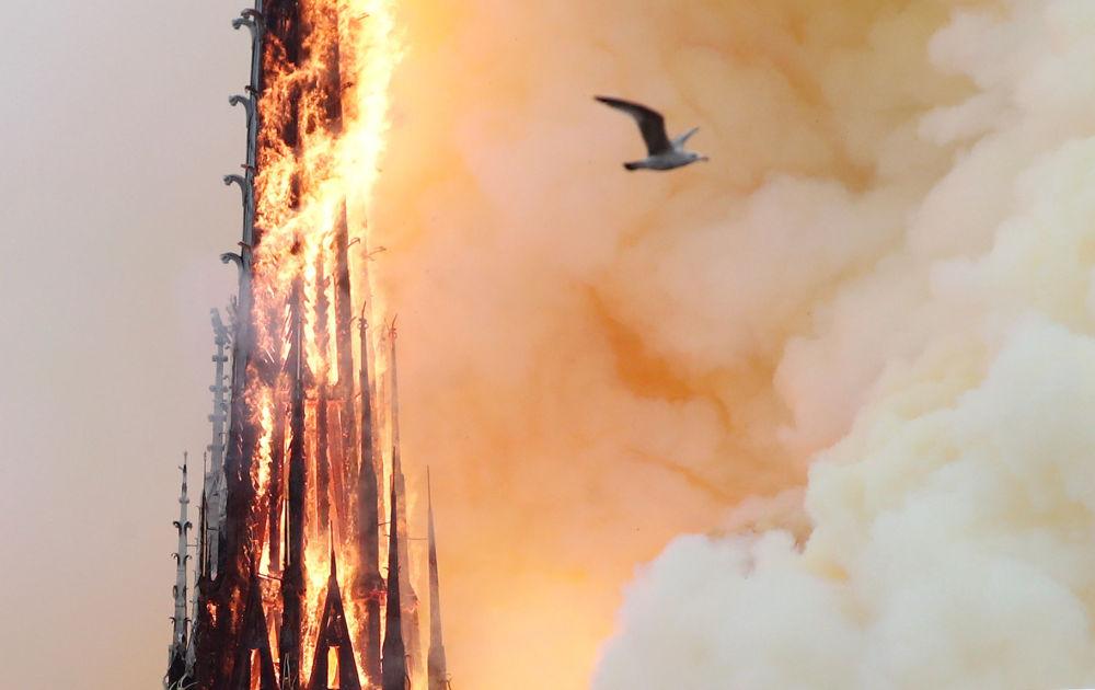 Um grande incêndio na Catedral de Notre-Dame começou no 15 de abril